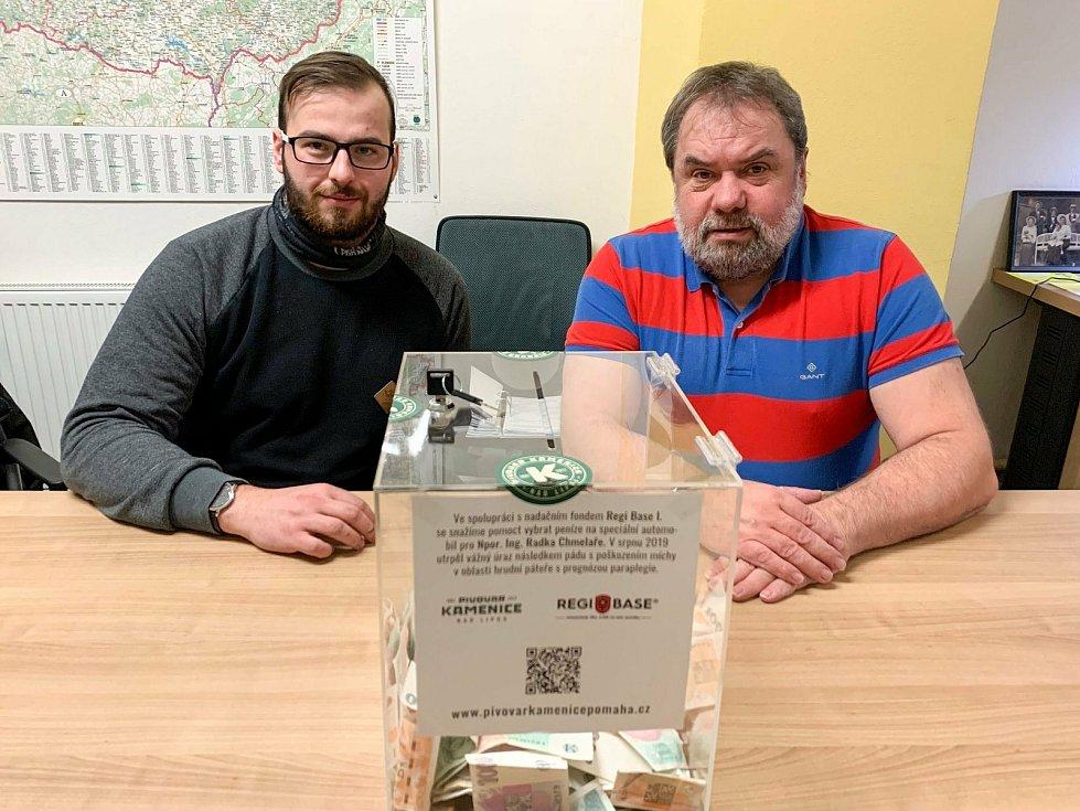 Pivovar Kamenice nad Lipou a Nadační fond REGI Base I. se snaží na zraněného hasiče Radka Chmelaře, jehož bratr je sládek Přemysl Chmelař (vlevo), vybrat peníze.