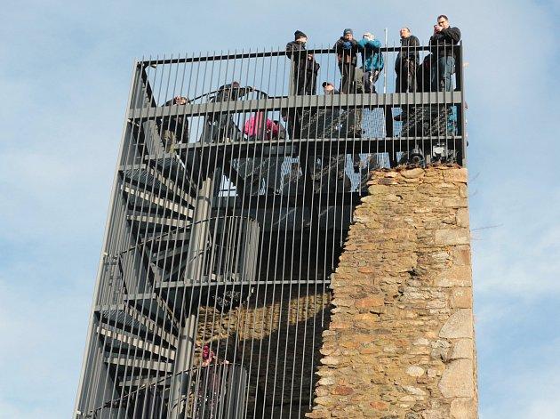 Hrad Orlík s rozhlednou se stal o silvestrovském odpoledni cílem stovek lidí.