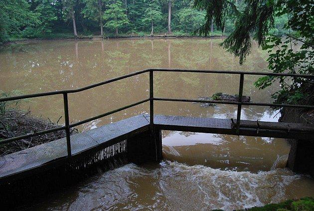 Hráz rybníka Loudal u Těchobuze nevydržela