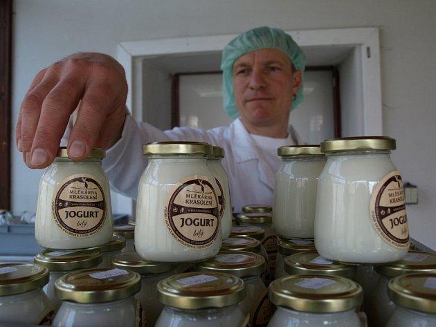 Poctivá práce. To je hlavní krédo malé mlékárny, kterou vede David Kolman. Jogurty, sýry i tvarohy z kravského i kozího mléka vyrábějí tak, jak se dělaly dříve – bez odtučňování a náhražek, na což zákazníci v poslední době stále více slyší.