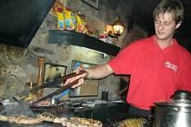 Packa u ohně griluje maso i zeleninu.
