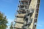 Nedělní slunečné a teplé odpoledne využilo několik desítek lidí k návštěvě hradu Orlík nad Humpolcem, kde se od konce letošního července staví rozhledna.