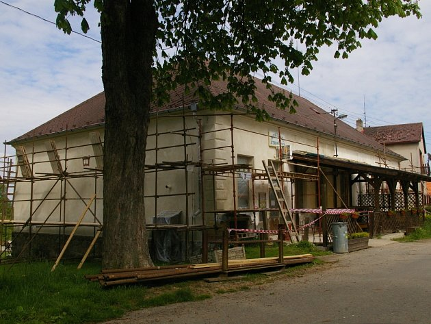 Novou fasádu pomalu dostává budova bývalé školy a dnešní hospody ve Strměchách.