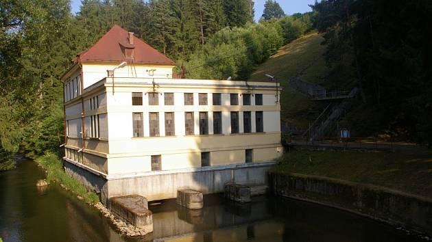 Nejprve měla elektrárna dvě turbíny, roku 1928 přibyla třetí.