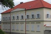 Zámeček leží v centru Libkovy Vody a patří mezi jednu z dominant obce.