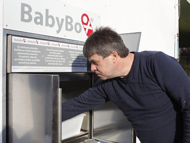 Nový baby box namísto starého ve čtvrtek instalovali v pelhřimovské nemocnici.