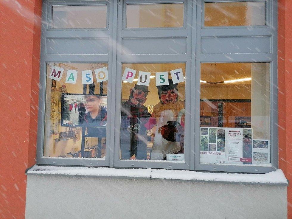 Maškary nafasovaly v infocentru Masopustní noviny a vyrazily je ve dvojicích rozdávat lidem do ulic. Foto: Městské kulturní a informační středisko v Humpolci