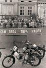 Připomenutí motocyklové historie o deset let později. Slavnostní tribuna na náměstí v Pacově v roce 1974.