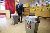 Současný hejtman Kraje Vysočina Jiří Běhounek u voleb do zastupitelstva Kraje Vysočina a do Senátu ve volebním okrsku č. 7 v Pelhřimově.