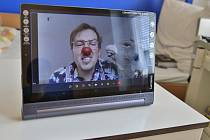 Děti se se zdravotním klaunem setkávají v Nemocnici Pelhřimov online.