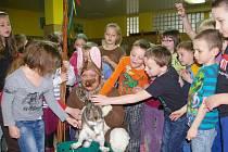 Přízemí základní školy Osvobození v Pelhřimově ve středu ožilo blížícími se svátky jara.