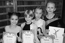 Pelhřimovské gymnastky v Nové Včelnici zářily. Zleva stojí Lucie Jiříková, Eliška Hašková, Barbora Prokopová a Dominika Hronová.