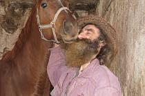 Koně patří k velkým slabostem Ladislava Váni (na snímku se svým chráněncem Mitánym). Dokázal vyléčit řadu zraněných či nemocných koní, radoval se z hříběte, které se narodilo vysloužilé kobyle. Nyní navíc dostal na převýchovu polskou chladnokrevnici Elíšu