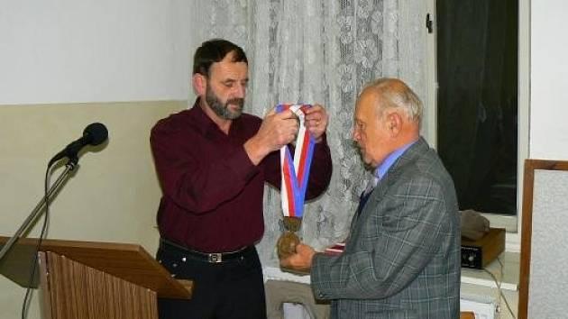 Snímek je ze zvolení Karla Bártů - páté volební období starostou obce