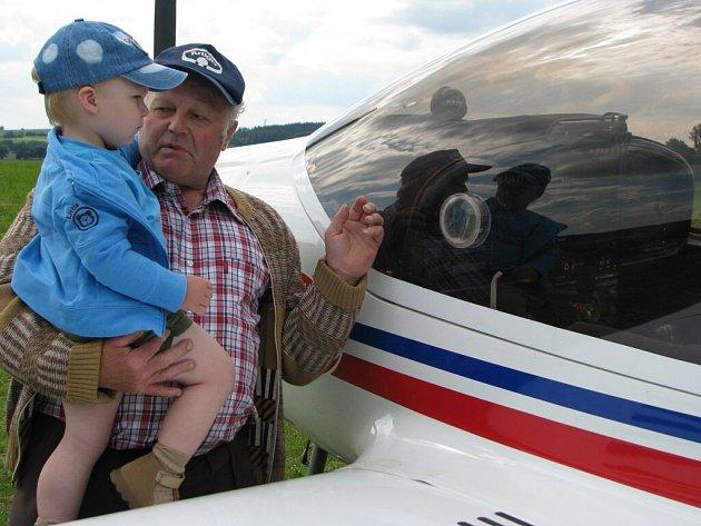 Bezmála čtyřicet letadel se vystřídalo v sobotu na letišti ve Svatavě u Černovic.