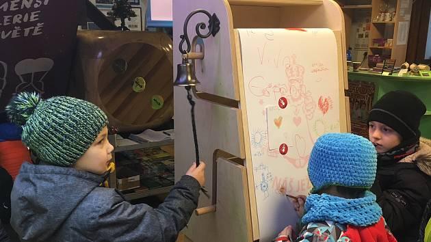 Ježíškův vánoční kreslící a psací stroj v pelhřimovském Muzeu rekordů už náležitě využily děti z pelhřimovské MŠ Pražská.
