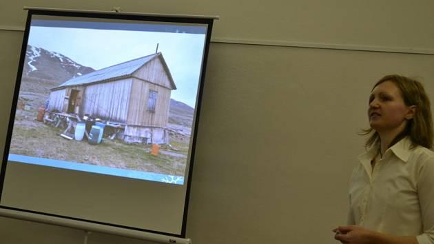 Doktorka přírodních věd Zuzana Chládová doplnila své povídání o expedici v Arktidě fotografiemi i videi.