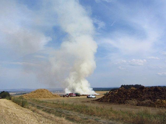 Hašení hořícího stohu v Buřenicích nedaleko Košetic zachytil objektiv Jana Hlaváčka.