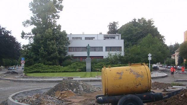 Výstavba kruhového objezdu před Gočárovou vilou rozproudila ostré debaty o podobě místa