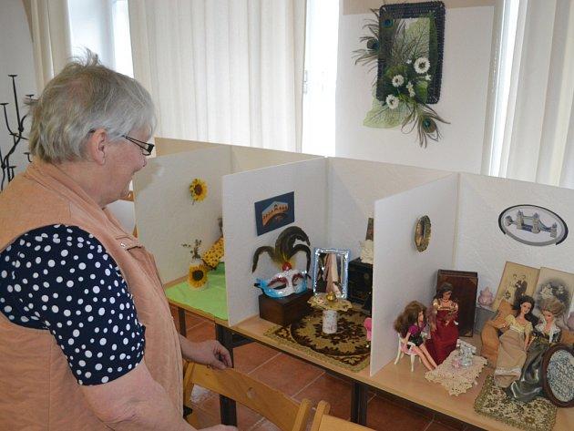 Jak bydlí panenky, poodhaluje stejnojmenná výstava Ladislavy Krontorádové v Literárním klubu humpolecké knihovny.