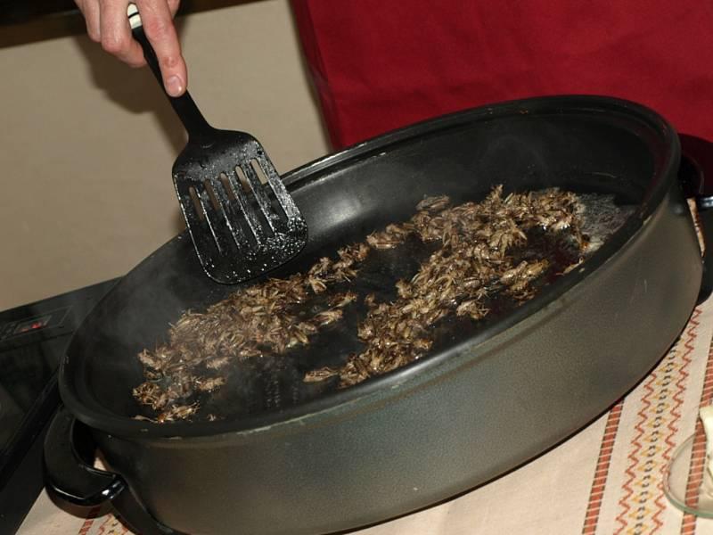 Příprava cvrčků na másle