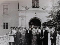 V srpnu 1982 vyrazili klienti Domova důchodců v Onšově na výlet do Jihočeského kraje. Tady si prohlédli místní památky, zejména pak hrady a zámky. Fotografie je pořízena na zámku Červená Lhota.