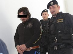 Kriminalisté na Vysočině vyšetřují případ zvlášť závažného zločinu vraždy, která se stala uplynulou sobotu v noci v rodinném domě v Počátkách na Pelhřimovsku. Po útoku nožem muže na snímku zemřeli dva sedmnáctiletí chlapci.