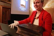 Na úterní přednášku o světě starých cenných knih zvalo Muzeum Vysočiny Pelhřimov, které se při této příležitosti mohlo právem pochlubit čtyřmi čerstvě zrestaurovanými knihami pocházejícími z šestnáctého století.