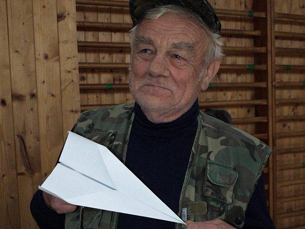 """Papírové vlaštovky. """"I ty patří k modelářství,"""" říká František Krejčů."""