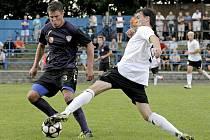 Pelhřimovští fotbalisté (na snímku vpravo je Radek Čihák) začali sezonu dvěma výhrami a dostali se tak na první příčku divizní tabulky. Zítra je prověří nováček soutěže z Tasovic.