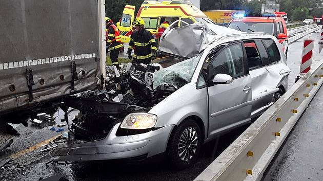 FOTO: Hromadná nehoda blokuje dálnici u Humpolce. Ke zraněným musel vrtulník