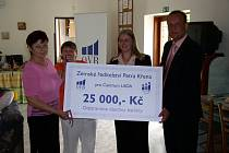 Ředitelka pacovského Centra Lada Jana Moravcová (vlevo) měla z dobročinného šeku od regionálního ředitele společnosti OVB Allfinanz Petra Havla velkou radost. Jak podotkla, peníze směrované na péči o mentálně postižené se neshání vůbec snadno.