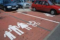 Tři postavičky s kočárkem označují speciální parkovací místa, která jsou určena zejména pro rodiny s malými dětmi. Jak uvedl mluvčí supermarketu Kaufland, jedná se o službu zákazníkům. Tato parkoviště jsou totiž širší a umožňují rodinám lepší manipulaci.