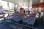 Před Penny marketem v Pelhřimově fronty kolem poledne nebyly.