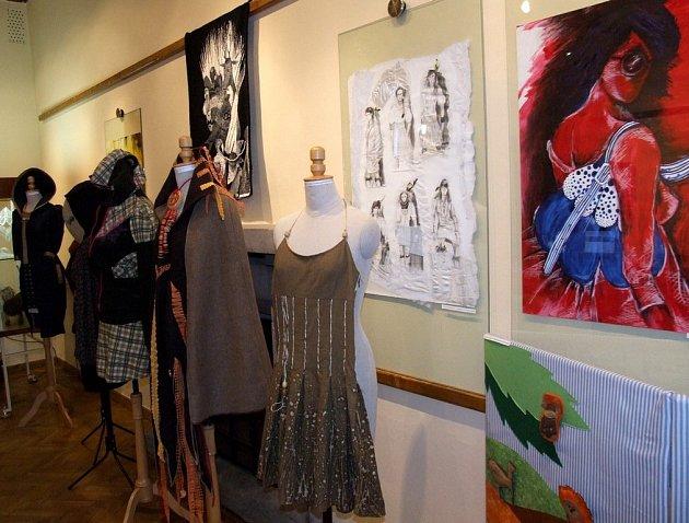 V pelhřimovské Galerii M nyní vystavují studenti Střední uměleckoprůmyslové školy z Jihlavy. Načerpat inspiraci nebo se jen potěšit pohledem na výtvarné práce talentovaných mladých lidí mohou všichni až do 29. října.
