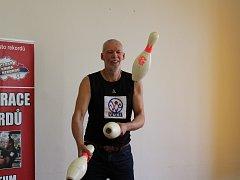 Milan Roskopf překonal světový rekord ve vytrvalostním žonglování třemi bowlingovými kuželkami.