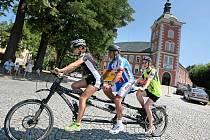 Podpora nevidomých cyklistů, kteří dokážou krásu krajiny vnímat i bez zraku, je cílem celostátní akce Jedeme pro Světlušku, kterou pořádá Nadační fond Českého rozhlasu.