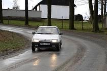 Motoristé se musí mít na libkovodské silnici neustále na pozoru.