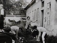 """Píše se rok 1983 a je pracovní sobota. """"Podívejte se, udělali jsme tááákhle velký kus práce,"""" na fotografii názorně ukazuje tehdejší zaměstnankyně domova Věra Paťková."""