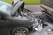 Jedna z typických nehod: loni v lednu se v první zatáčce od Tábora osobní vůz střetl s kamionem.