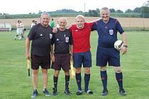 ROZHODČÍ. Pavel Nenadál (vlevo) dlouhá desetiletí řídil fotbalové zápasy. Sportovní kamarádi mu nakonec pomohli v těžké situaci.