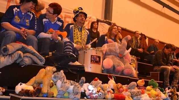 Florbalový tým Spartak Pelhřimov uspořádal v sobotu sbírku hraček pro děti ze senožatského dětského domova a z pelhřimovské nemocnice.