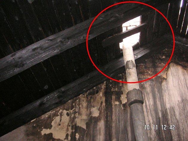 Díra okolo odvětrávací trubky ve střešní krytině umožnila vlétnutí jiskry z komínu. Plameny pak v půdním prostoru napáchaly škodu ve výši 50 tisíc korun.
