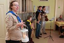 Skautská družina pod vedením Denisy Vrbové zamířila s Betlémským světlem do Domova Důchodců Proseč-Obořiště, kde u převzetí světla nechyběl ředitel domova Richard Havel. Kulturní program obstarali spolu s dětmi Valentýna Křížová a Jiří Bílek.