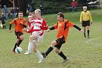 Fotbalisté Senožat (v oranžových dresech) na lepší časy jen vzpomínají. Podzim se jim vůbec nepovedl, v nejnižší okresní soutěži jsou poslední.