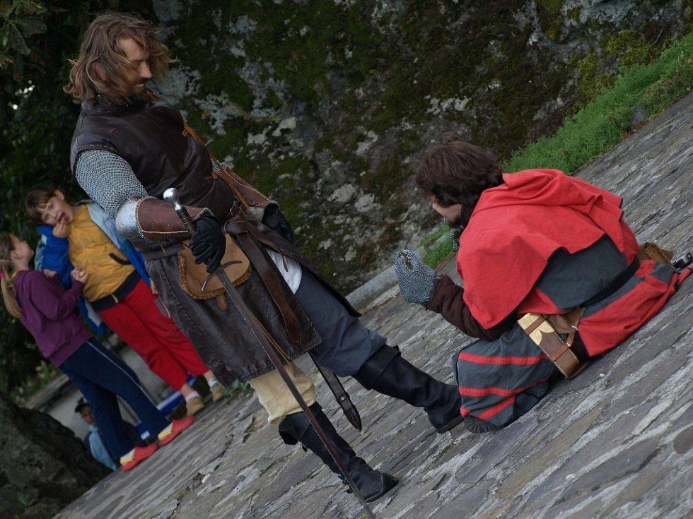 Večerní prohlídky hradu Kámen se skupinou historického šermu Jezerničtí páni.