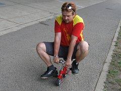 Minifotka minikola a na něm výrobce kuriózních bicyklů Martin Zehnal.