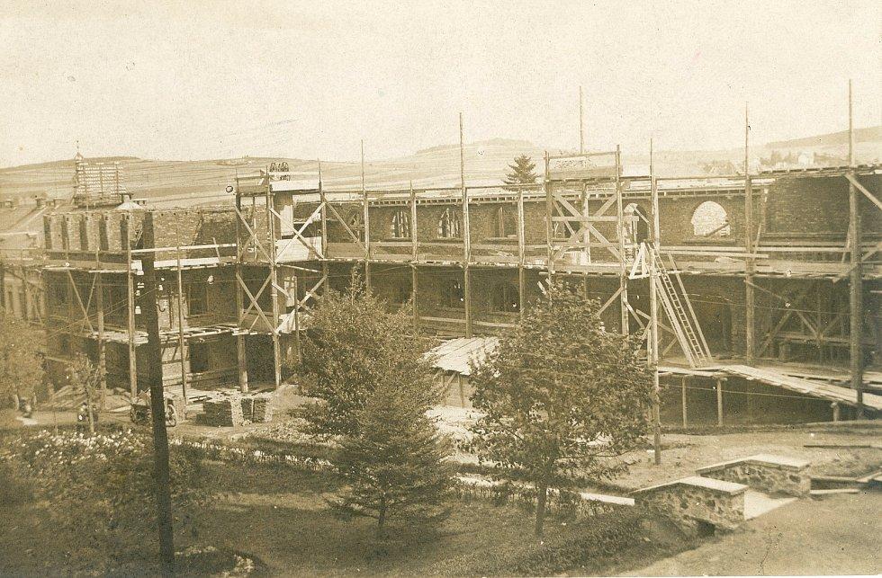 Stavba pelhřimovského gymnázia.