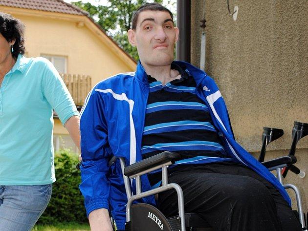 VOZÍK. Nejvyšší Čech Tomáš Pustina, který žije v Rozkoši u Humpolce, usedl do nového invalidního vozíku.