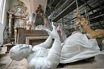 Stavaři, restaurátoři, varhanáři a další odborníci v současné době soustředí svůj um v želivském klášterním kostele Narození Panny Marie, který od dubna do konce roku prochází kompletní rekonstrukcí.